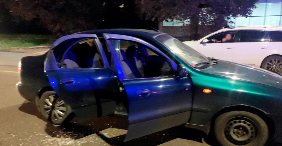 У Чернівцях сварка на дорозі завершилась стріляниною по автомобілю з дітьми (Фото)