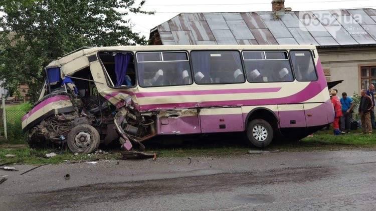 На Франківщині фура вчинила ДТП із автобусом і втекла із місця аварії. Одна особа загинула, ще декілька травмовано